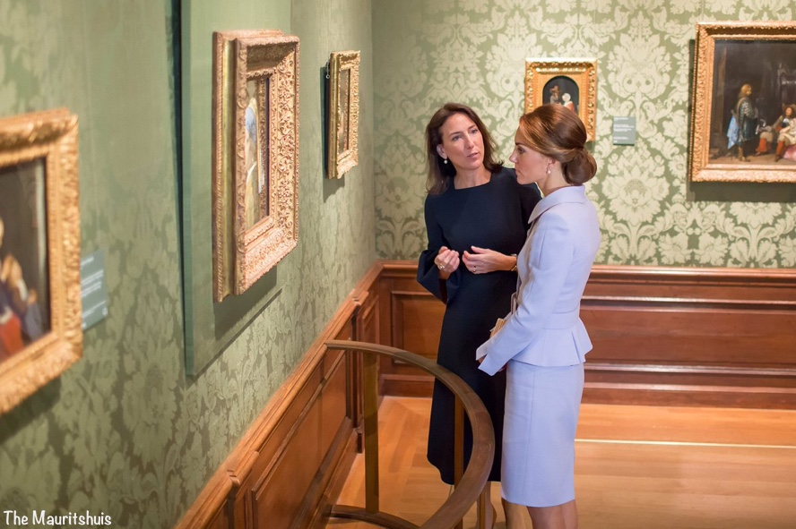 kate-inside-mauritshuis-museum-with-director-emilie-gordenker-via-museum-oct-11-2016-blue-cath-walker